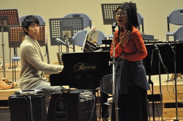 リハーサル中、Asuさんの演奏で「ほしのこどもたち」を歌うおおたか静流さん