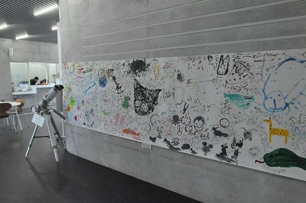 ワークショップで子どもたちが描いた「流山Children's Art!」も掲示されています。