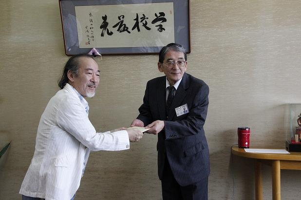22堀川教育長に義援金をお渡しするアントニオさん