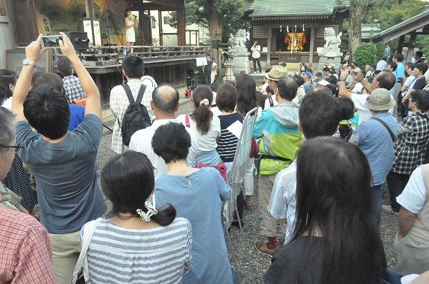 浅間神社で切り絵行灯と音楽の夕べ