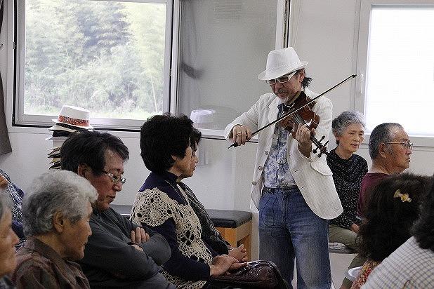 相馬市でヴァイオリンを奏でるアントニオさん