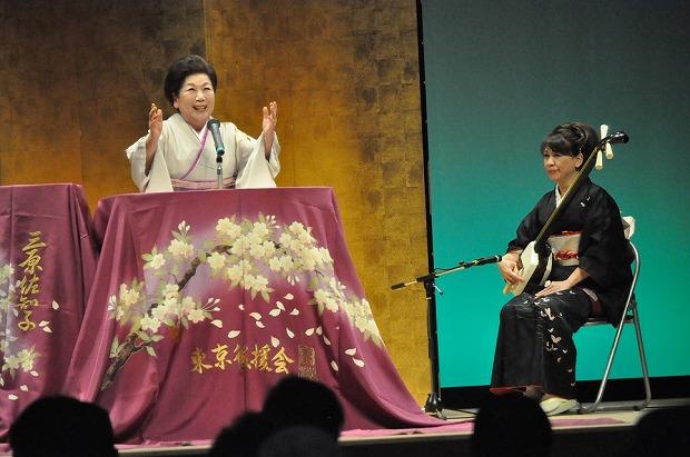 折り鶴の浪曲を披露する三原佐知子師匠(流山市生涯学習センターで)