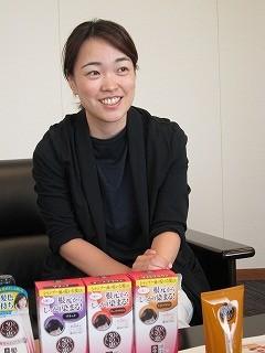 「文字が大きくて見やすいのも、この商品のポイント」と多田さん