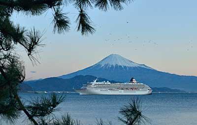 三保の松原から望む富士山と飛鳥Ⅱ