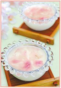 ミルクゼリーの桜ソース