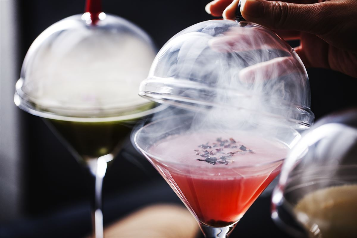 Andaz-Tokyo-Rooftop-Bar-Smoked-Martini-closeup_R