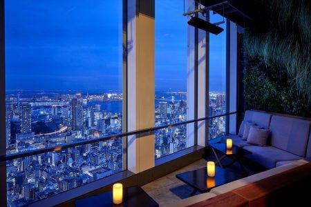andaz-tokyo-rooftop-bar-window-seat_r