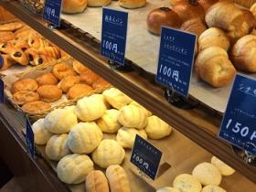 様々な種類のパンが並んでいます