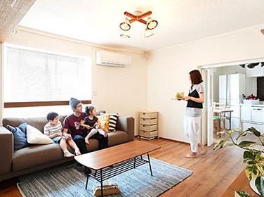 家族4人が住むメゾネットのマンションをカントリーテイストにリフォーム【Re Re 図鑑 リリずかん】
