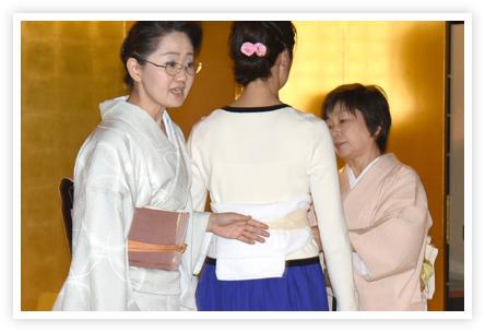 身体のラインに沿わせて、タオルで補正します。まずは洋服の上から練習してみることに