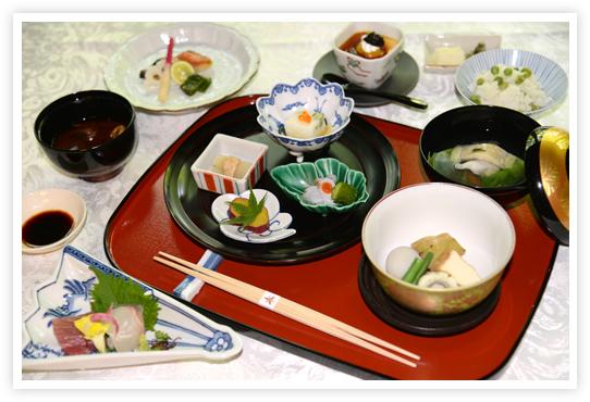「昼会席」(通常6100円)は、組肴、吸物、造り、炊合、焼物、うすいごはん、赤出汁、香物、甘味の豪華な内容