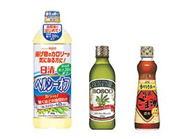調理では「日清ヘルシーオフ」(左)、「BOSCO エキストラバージンオリーブオイル」(中央)、「日清純正香りひき立つごま油」(右)を使用します