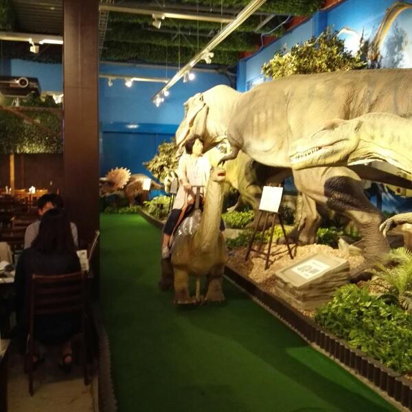 大和市の古代レストラン酒場『ダイナソー』で恐竜ライド!