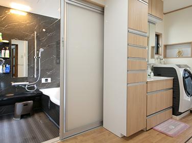 浴室と洗面所を増築で広く、洗濯の動線も改善【Re Re ルポ リリルポ】
