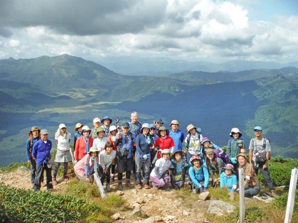 9:20柴安嵓山頂に到達、尾瀬ヶ原と至仏山をバックに記念撮影