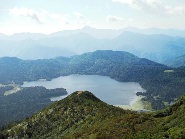 ②左手にはミノブチ岳山頂、尾瀬沼、その奥には日光白根山が