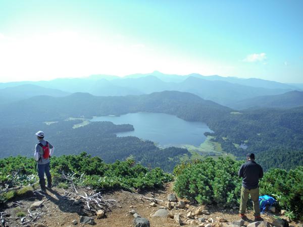 朝8時、8合目手前のノブチ岳に到着、ここからの尾瀬沼の眺望