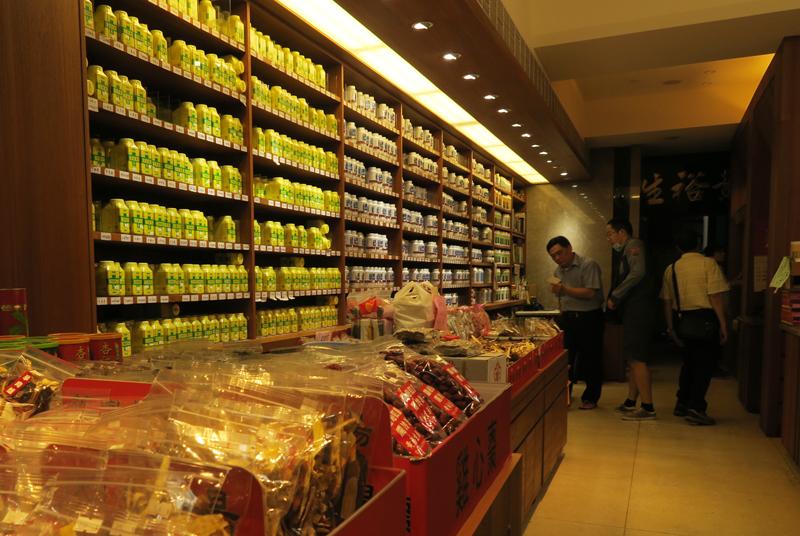 台北の漢方薬店に並ぶ科学中薬
