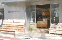整然と並んだ本棚とベンチ