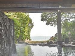 目の前に海が広がる 天然温泉の露天風呂