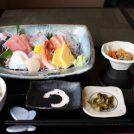 与野公園近くの「食事処たらふく」で新鮮な魚介と家庭料理を楽しんで