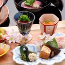広大な日本庭園の桜を眺めながらお料理を楽しむ「懐石 鶯啼庵(おうていあん)」