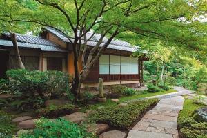 庭園内の茶室「弘仁亭」