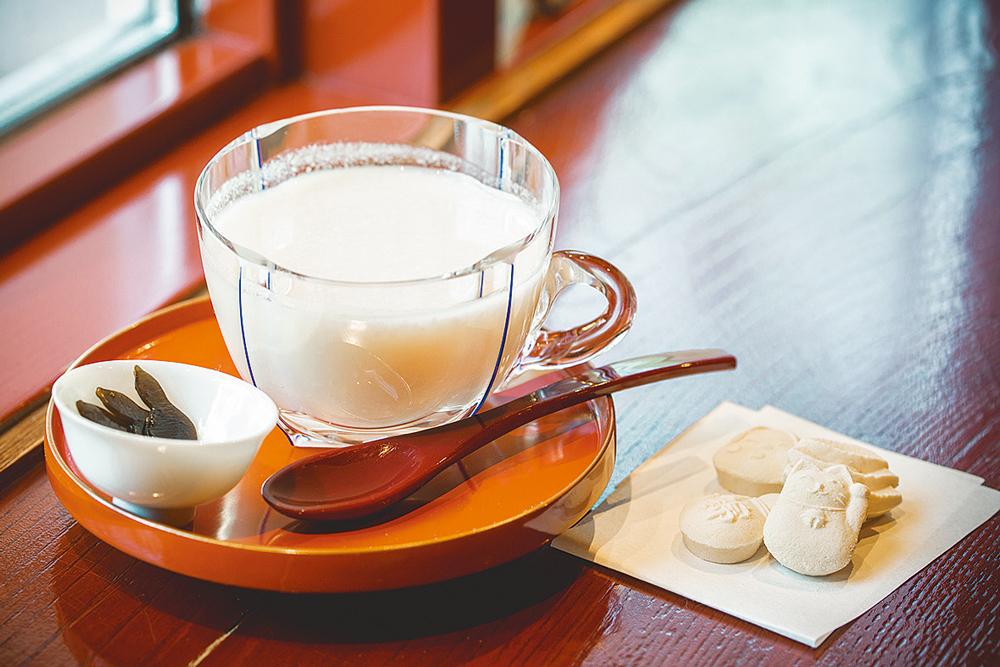 冷たい甘酒と干菓子/小林屋(小林酒造)