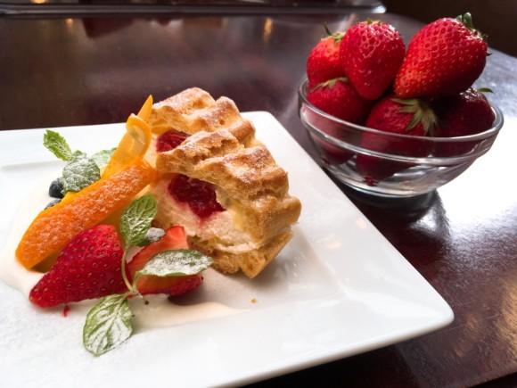 苺のシューサンドケーキ