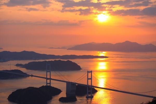 亀老山展望公園から眺める黄昏に染まった『しまなみ海道』@今治市大島