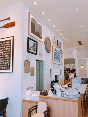 白基調で明るい雰囲気の店内