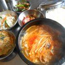 野菜たっぷり!お替り自由の4種小鉢付き日替わりランチ680円♪三宮「韓国料理オモニ」