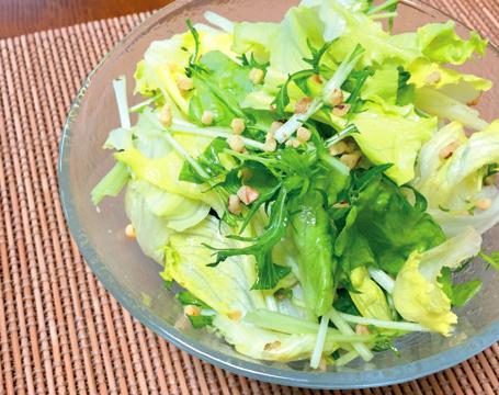 【レシピ】レモン果汁の爽やかさとクルミ のカリカリ食感「レタスと水菜のカリカリレモン和え」