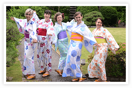 外国人の皆さんも美しい浴衣姿と日本庭園に大喜び