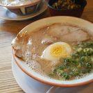 レトロな店内で味わう豚骨ラーメン「久留米とんこつラーメン松山分校」