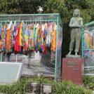 ガラスのうさぎ像に千羽鶴を 二宮小学校児童が町長へ贈呈