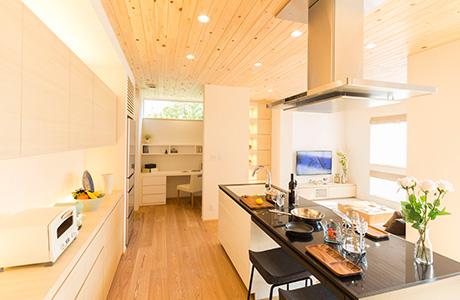 もりぞうの最新モデルハウスの開放的なアイランドキッチンからはリビングも一望できる