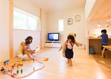 """断熱性・機密性を高める工法や高性能換気システムを採用し、""""温度のバリアフリー""""を実現。家中が一定の温度で保たれている。"""