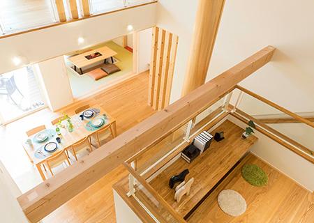 パパの趣味や子どもの勉強スペースとして使えるダイニングを見下ろす中2階の小さな書斎