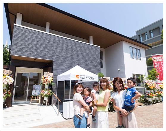 もりぞう住宅前で記念撮影~左からママブロガーの大林未来さん、軽込希さん、松田瞳さん