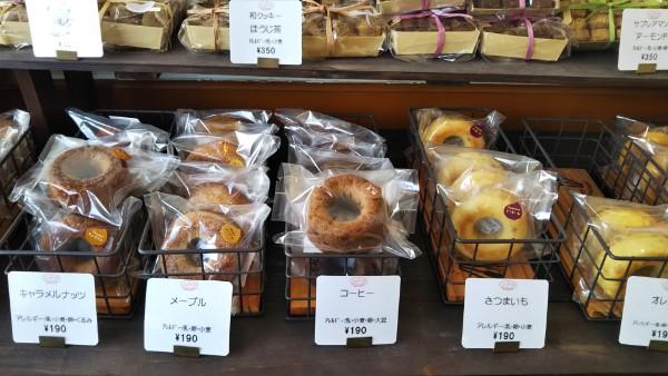 赤い看板が目印。「Unico(ウニコ)」で秋果実、茶葉、メープル、珈琲味のドーナツを(天白)