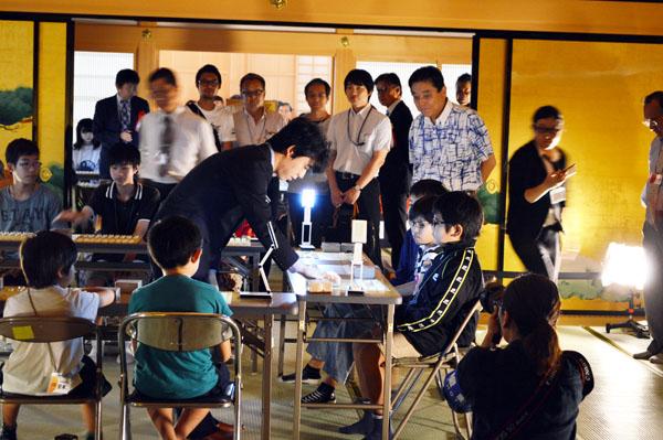 地元あこがれの的・藤井聡太七段と対戦!900人の子どもたちが参加 名古屋城こども王位戦