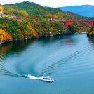 紅葉と湖面のコントラストは息をのむ美しさ!「恵那峡遊覧船」から絶景を愛でる(岐阜県恵那市)