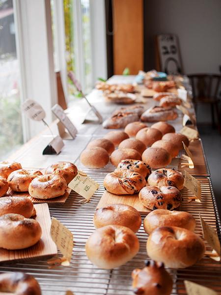窓際のパンの棚