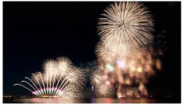 江の島で秋の夜を楽しむ花火とキャンドルの光
