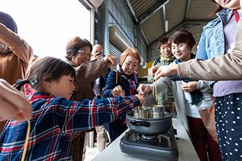 磐梯養蜂場で蜜蝋キャンドル作りを体験