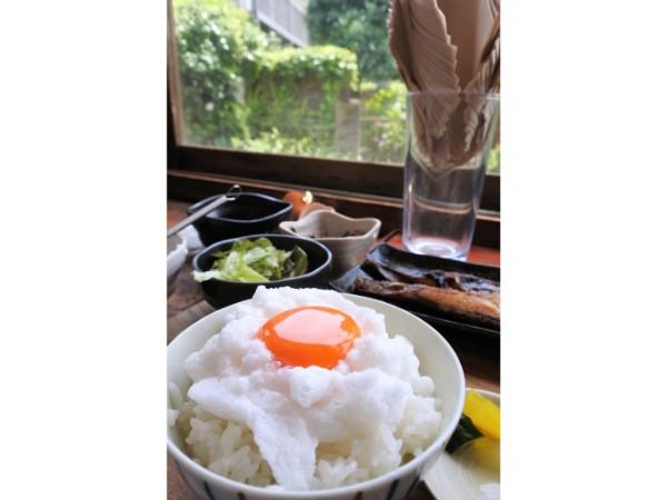 江ノ電と極上卵かけごはんでいい一日を。古民家カフェヨリドコロ@稲村ケ崎