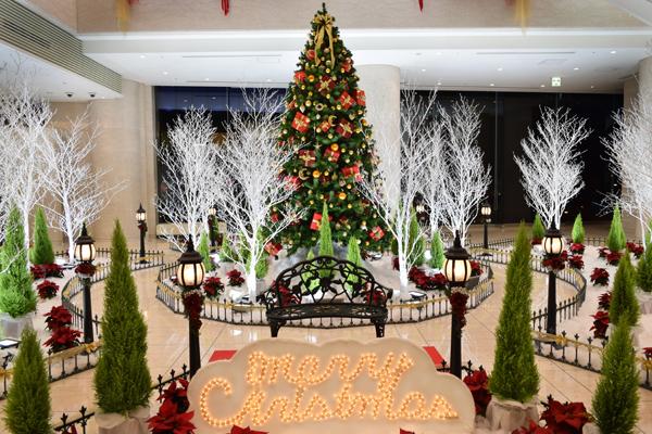 【穴場】みなとみらいのクリスマスツリー!県民共済プラザビルがまるで雪景色