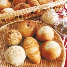 気持ちが和む優しい味わいの蒸しパン。水曜と土曜は自家製酵母パンも 蒸し屋 やす