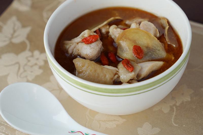 台湾のゴマ油とショウガの鶏スープ「麻油雞」